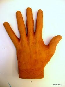 Main en terre-papier